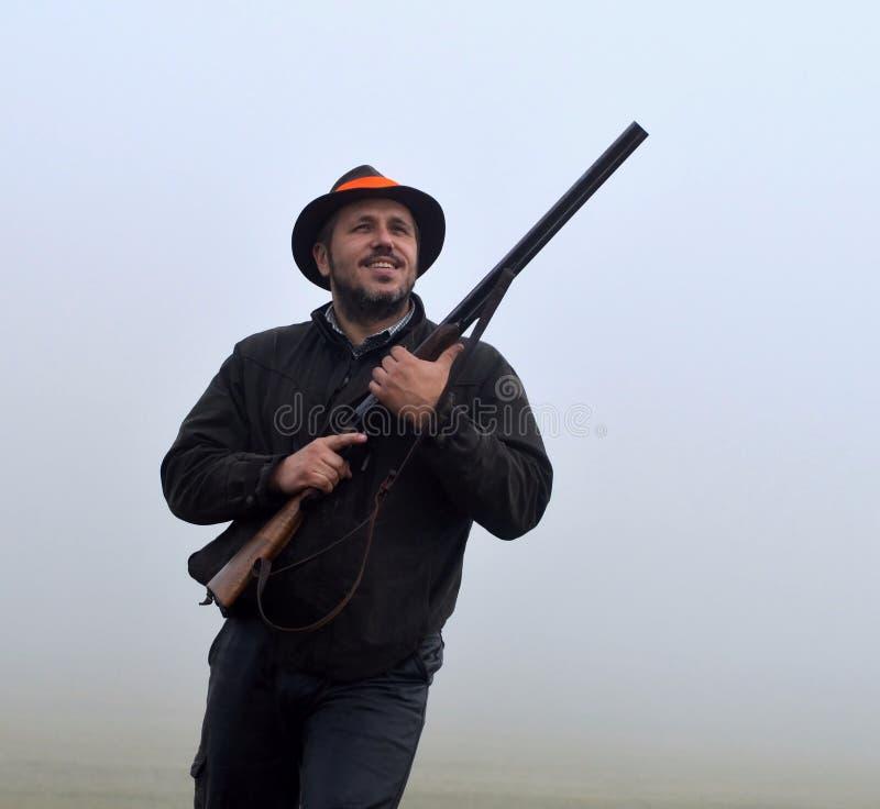 寻找行动的微笑的猎人 免版税库存照片