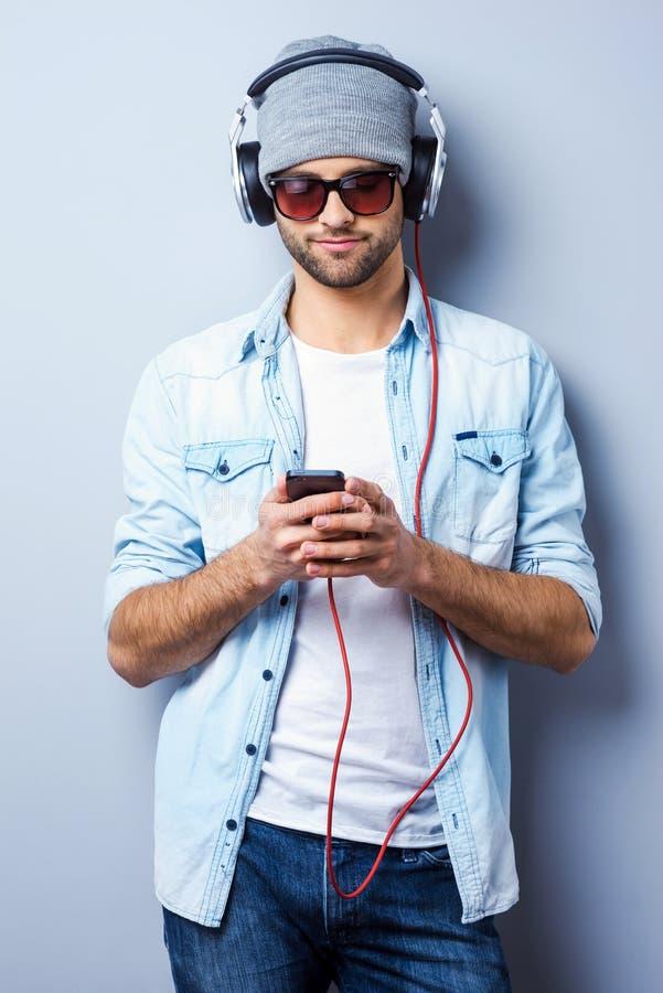 寻找他喜爱的歌曲 库存图片