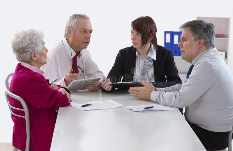 继承与资深妇女的顾问会谈关于她的前个w 免版税库存图片