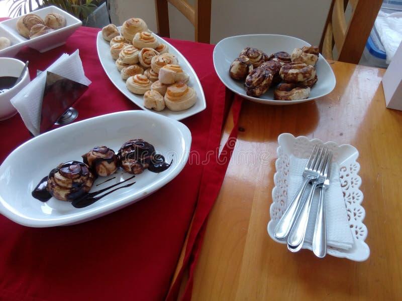 承办的卷巧克力食物面包 免版税库存图片