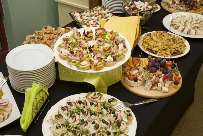 承办的服务,许多在桌上的新鲜,鲜美食物,smorgasbord概念 库存图片
