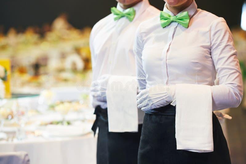承办酒席服务 女服务员当班在餐馆 图库摄影