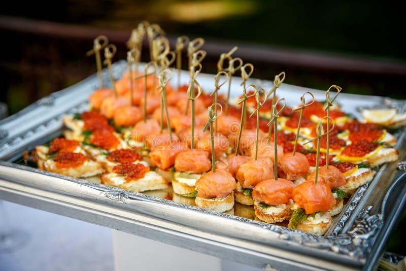 承办酒席服务 餐馆桌用在事件的食物 图库摄影