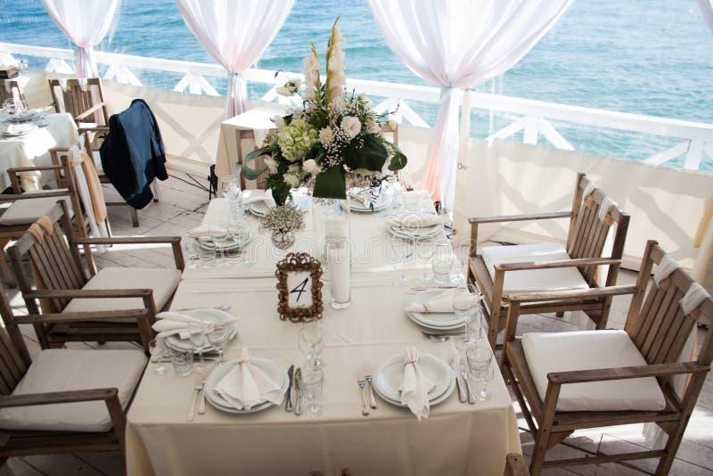 承办酒席桌集合在餐馆的服务用食物和饮料 免版税库存图片