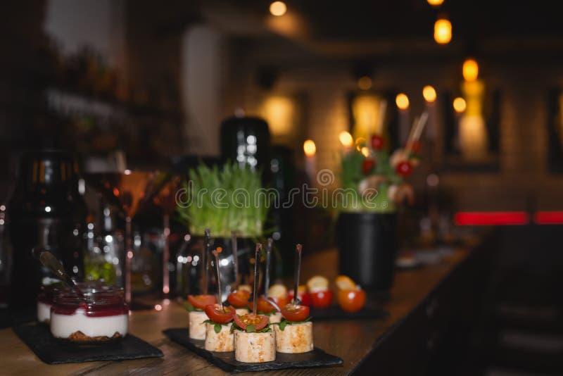 承办酒席用不同的食物快餐和开胃菜的宴会桌 库存照片