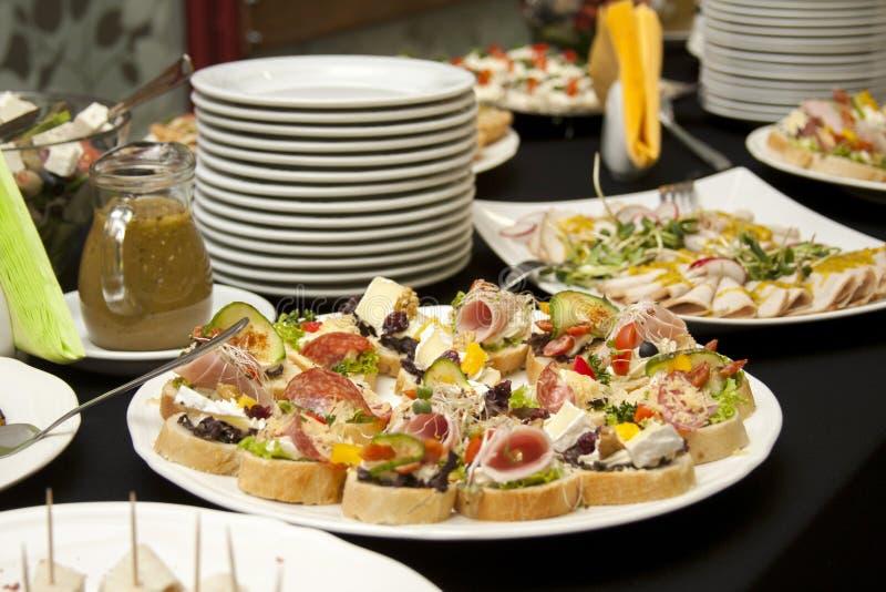 承办酒席,食品供应桌,在板材的新鲜的鲜美食物,smorgasbord 免版税库存照片