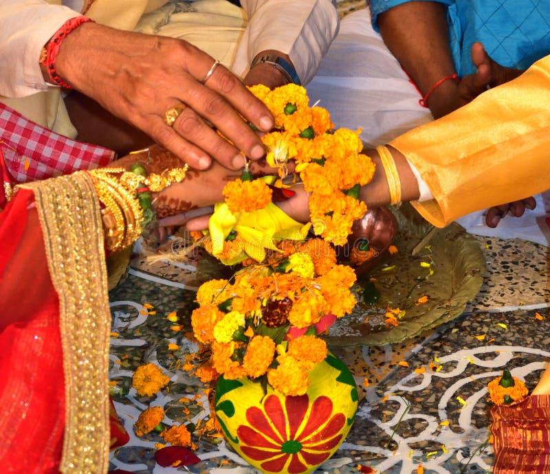 承诺 手在手边 印第安婚礼 新娘仪式教会新郎婚礼 免版税库存图片
