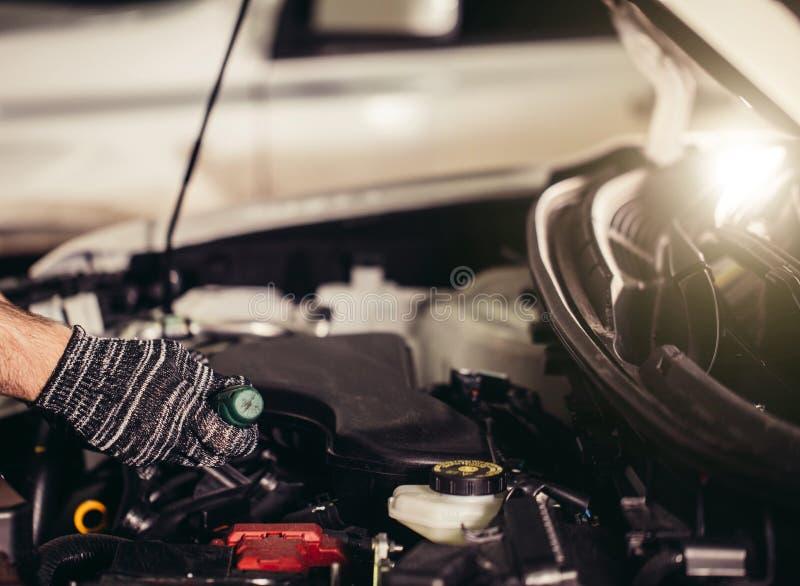 技工他的站立近的汽车的维修车间 特写镜头引擎 库存照片