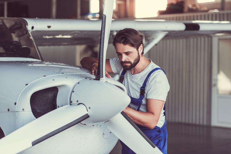 技工和航空器 免版税库存照片