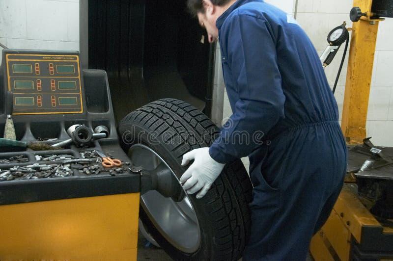 技工和轮胎 库存照片