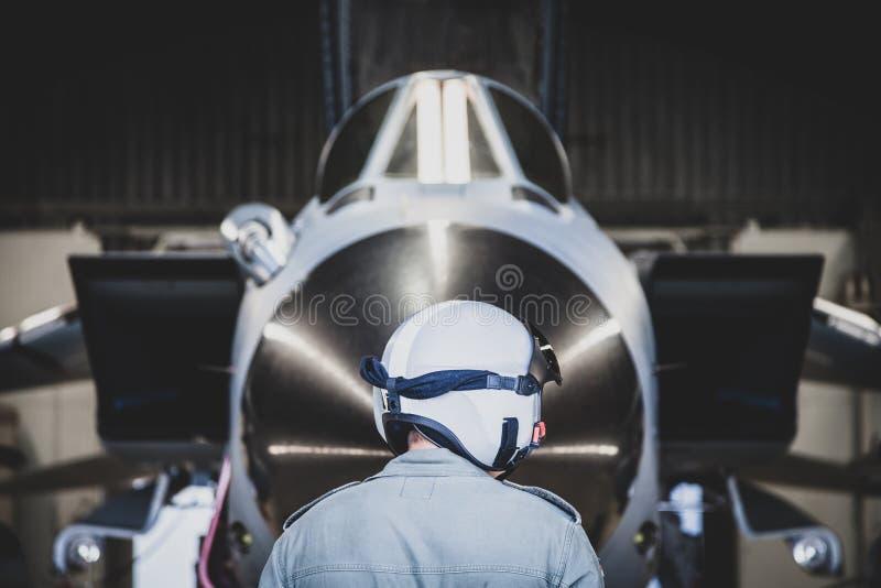 技工在德国军用飞机前面站立 免版税图库摄影