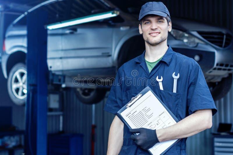 技工工程师在汽车服务站的修理汽车 库存图片