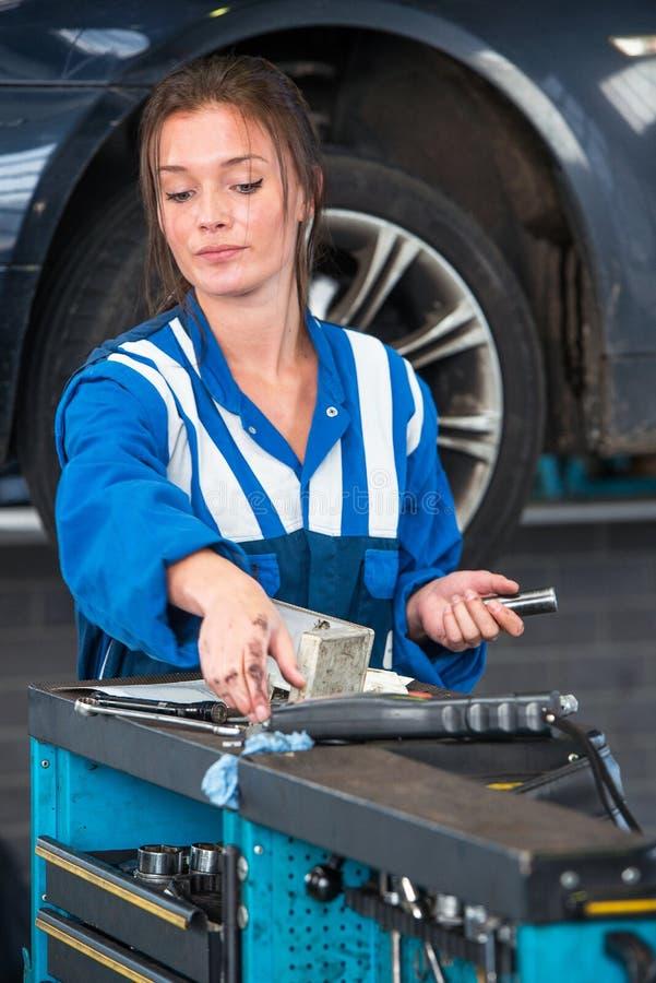 技工,到达为在一辆工具台车的工具在车库 图库摄影