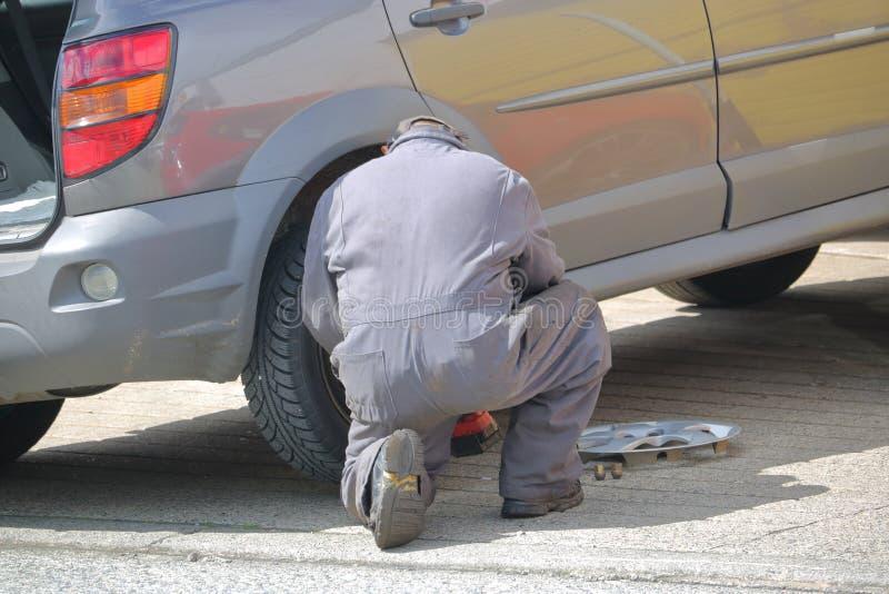 技工更换车胎 库存照片