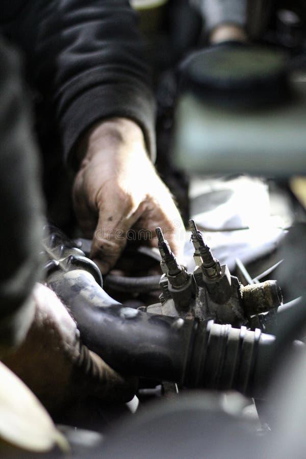 技工REPARING一台发动机在使用中 免版税库存图片