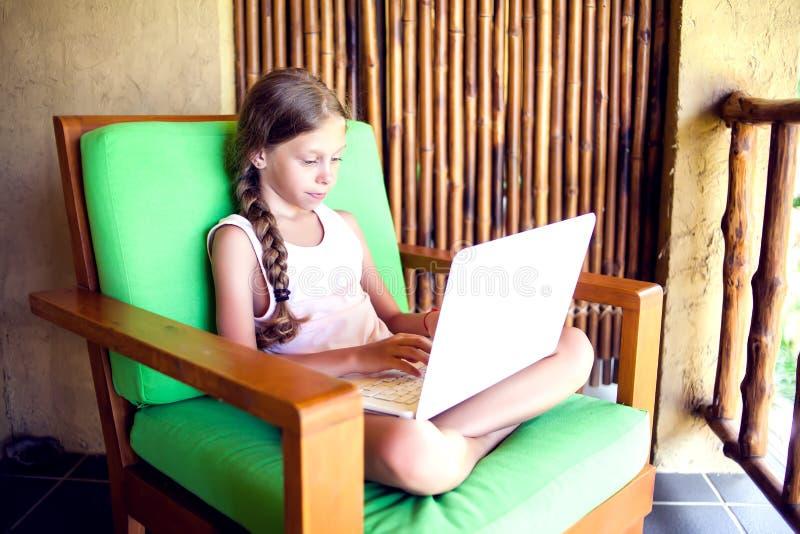 技术、赌博和人概念-使用膝上型计算机comput的女孩 库存图片