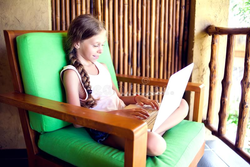 技术、赌博和人概念-使用膝上型计算机comput的女孩 库存照片