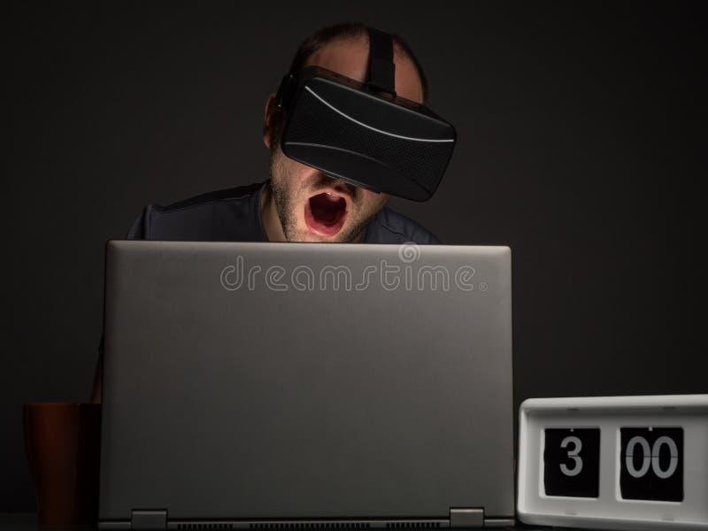技术上瘾的人以失眠 免版税库存图片