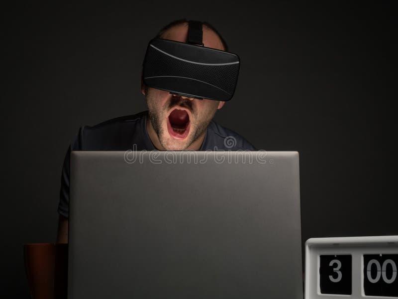 技术上瘾的人以失眠 库存照片
