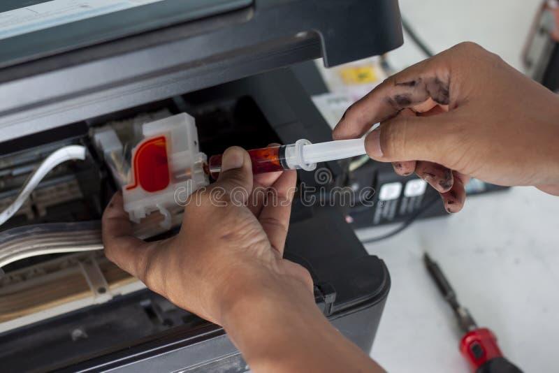 技术员修理打印机 图库摄影