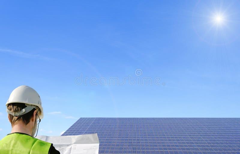 技术员和太阳电池板 免版税库存图片