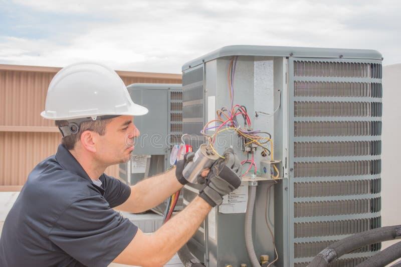 技术员和电容器 库存照片