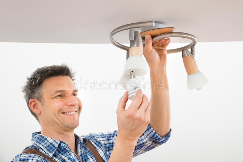 技术员在天花板的定象光 免版税图库摄影