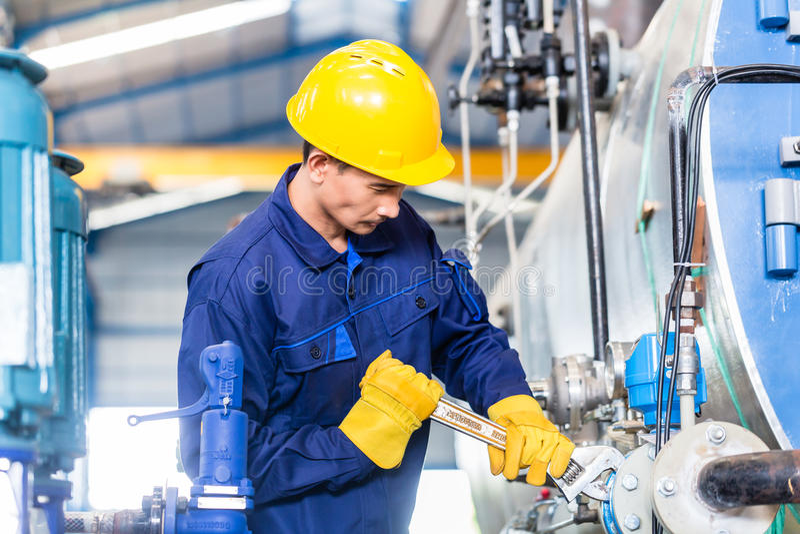 技术员在机器维护的工厂 库存图片