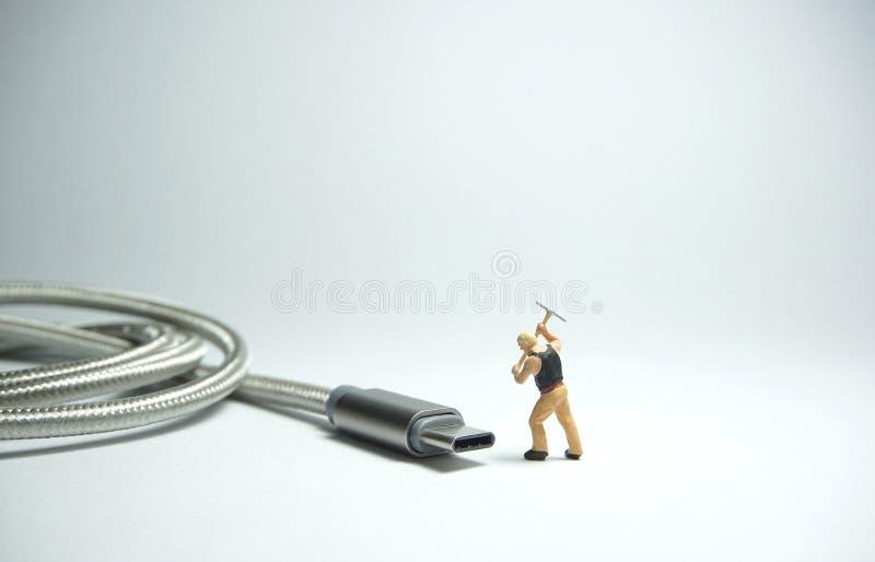 技术员在usb USB类型C缆绳前面的工作者形象身分 IT支持概念 库存图片