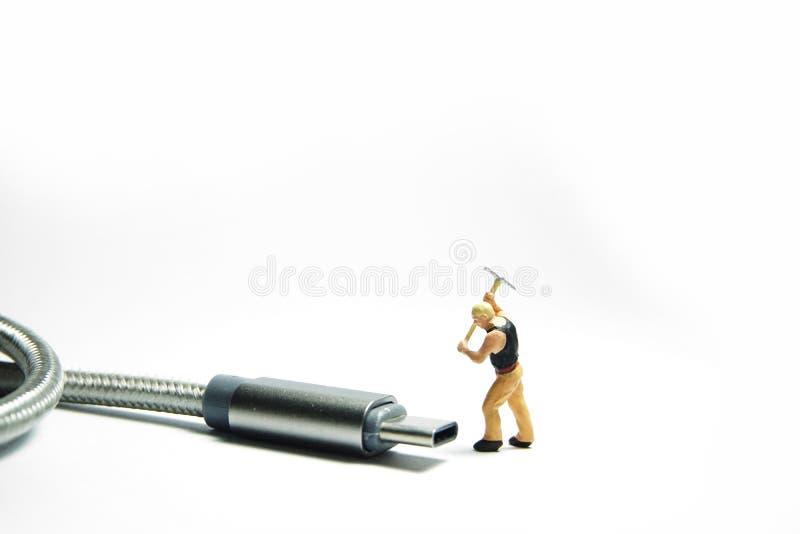 技术员在usb USB类型C缆绳前面的工作者形象身分 IT支持概念 库存照片