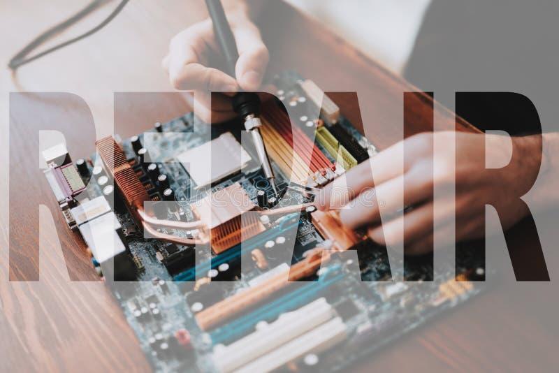 技术员安装工焊接的膝上型计算机组分 库存照片