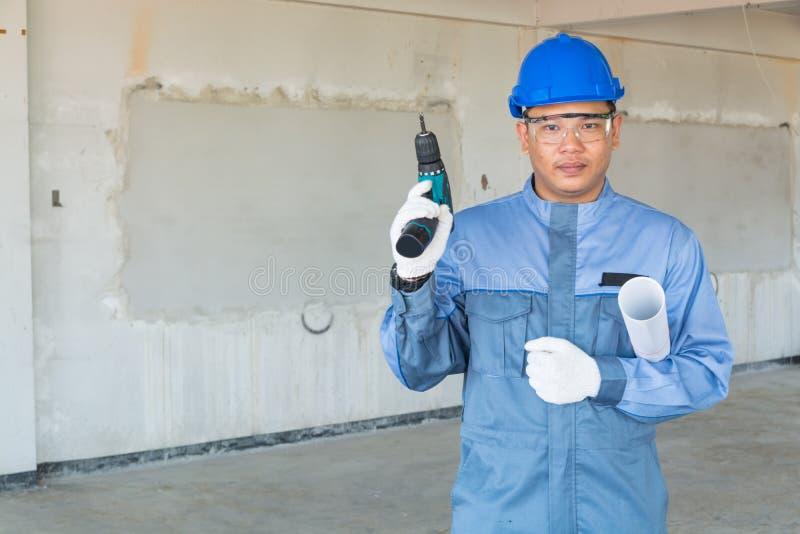 技术员或技工穿戴蓝色安全帽和保护适合hol 图库摄影