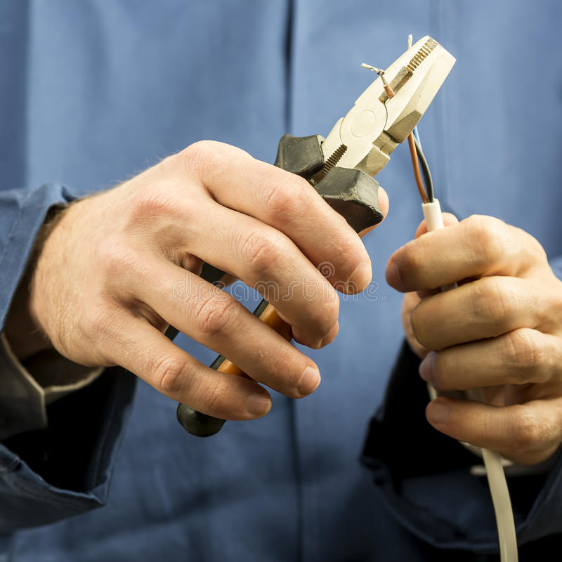 技术员或电工与接线一起使用 免版税图库摄影