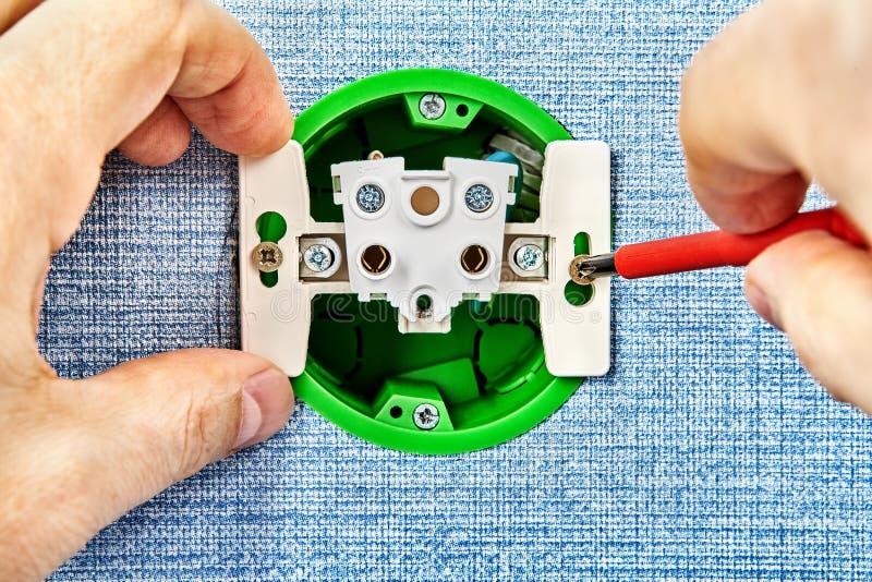 技术员替换残破的电子插口 库存图片