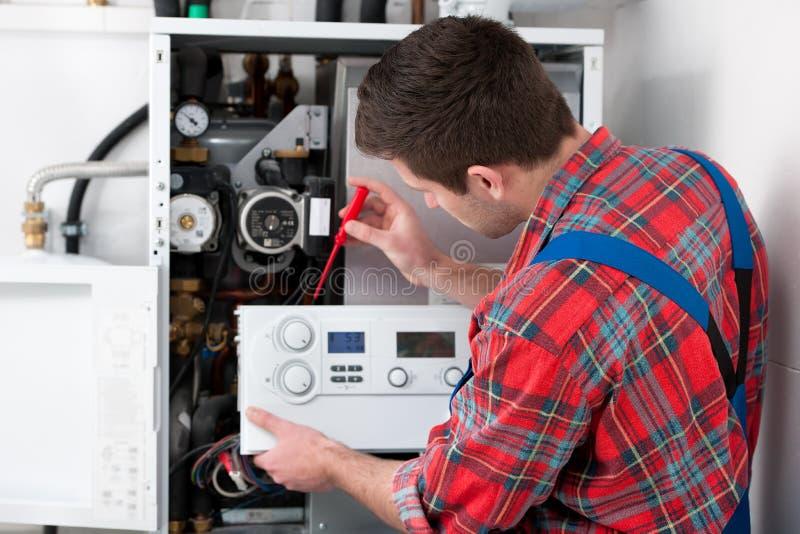 技术员服务的热化锅炉 库存照片
