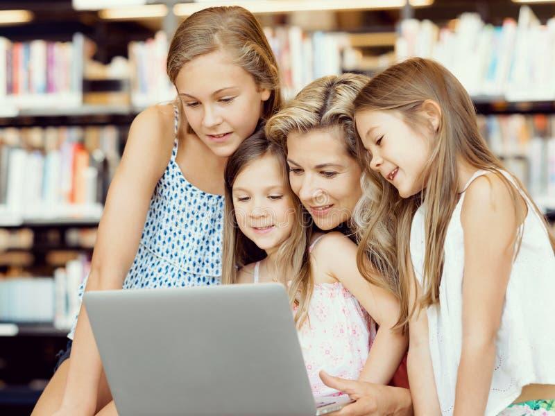 技术和乐趣在图书馆里 免版税库存图片