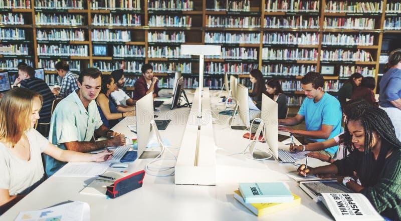 技术学会概念的图书馆学生 免版税库存照片