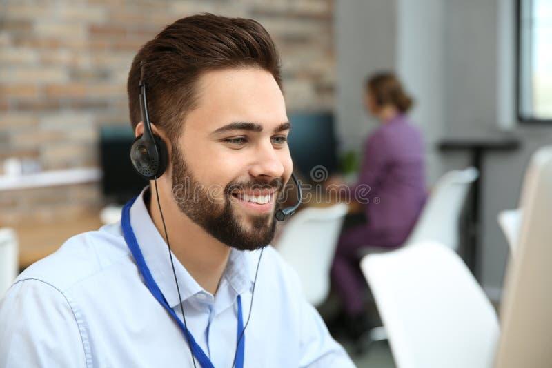 技术支持操作员与耳机一起使用 图库摄影