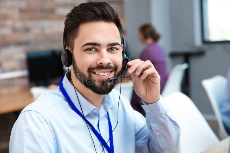 技术支持操作员与耳机一起使用 免版税图库摄影