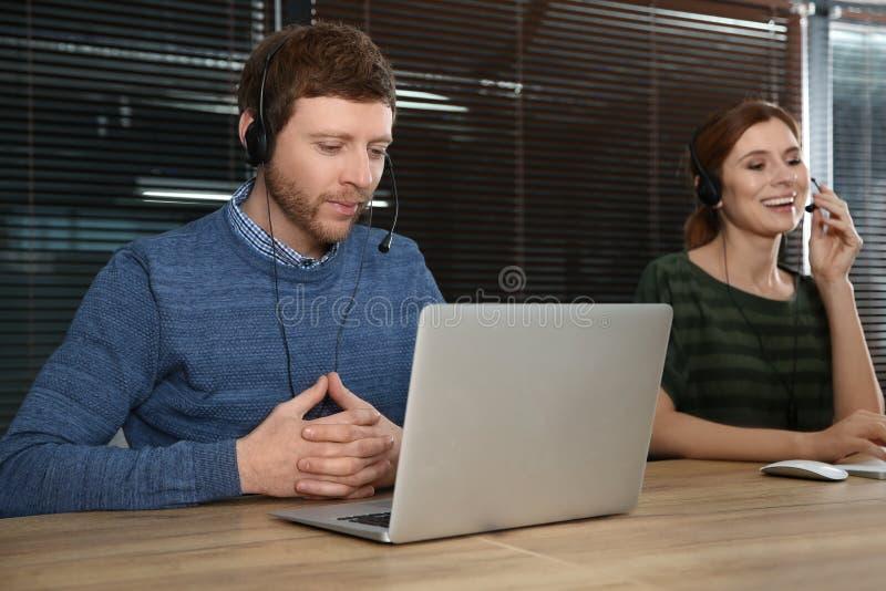 技术支持队与耳机的 免版税图库摄影