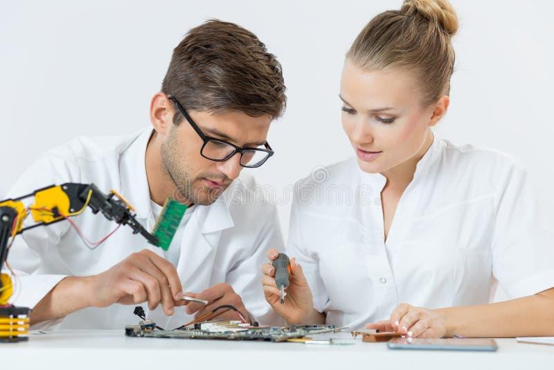 技术的两名学生 免版税库存图片