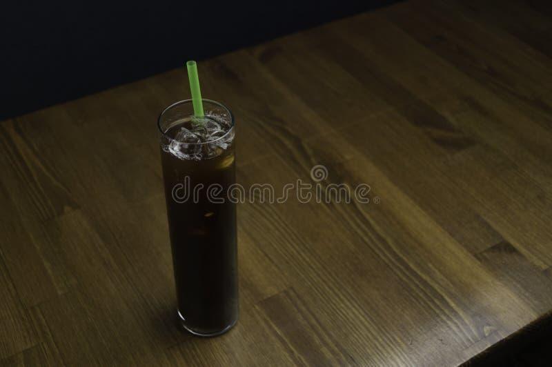 把一杯冰茶放在服务书桌上 免版税库存照片