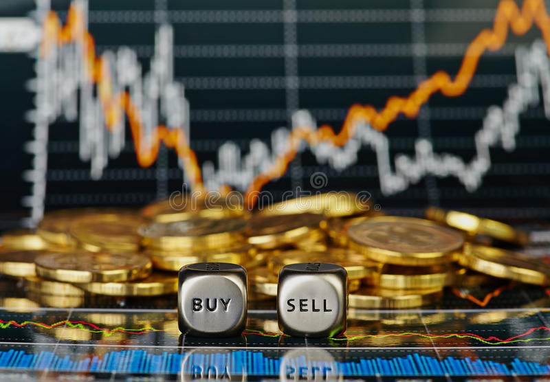 把与词卖的立方体切成小方块购买和金黄硬币。 免版税库存图片