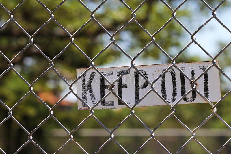 把在篱芭的标志关在外面 免版税库存图片