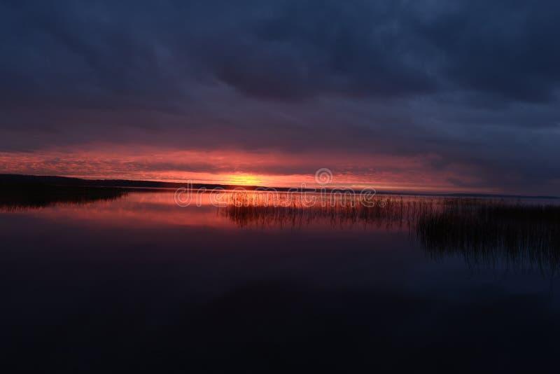 把太阳留在秋天阴云密布阴沉的天空 免版税库存图片