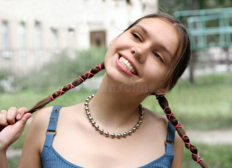 把女孩微笑编成辫子 库存照片