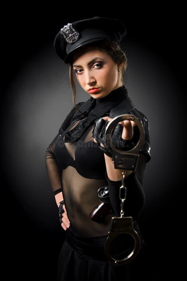 手铐女警视频_美丽的手铐女警 库存照片. 图片 包括有 官员, 人员, 罪行, 手枪 ...