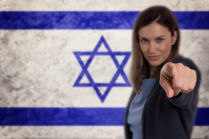 把她的手指指向的美丽的女实业家您以色列旗子b 库存图片