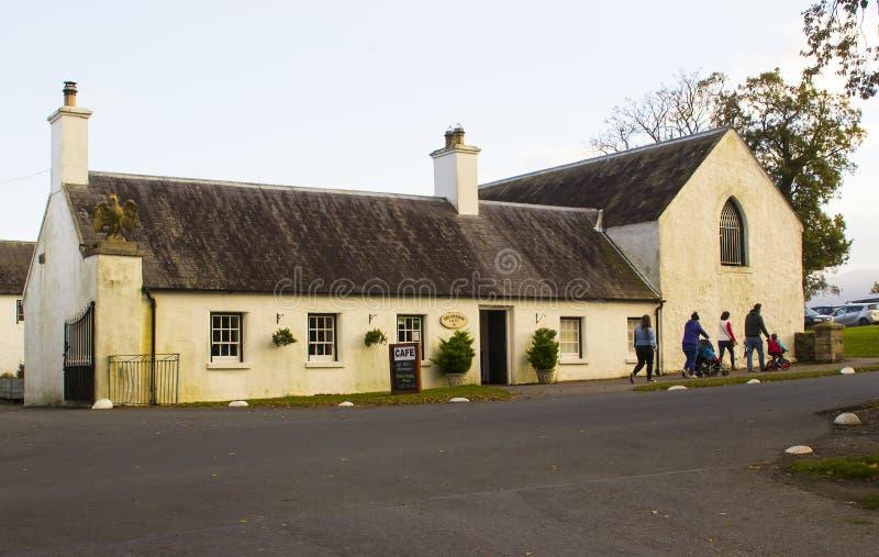 把小茶商店留在的家庭在Castlewellan国家公园在一个中间期限学校断裂期间 库存照片