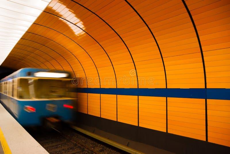 把平台留在的地下火车在慕尼黑,德国 免版税库存照片